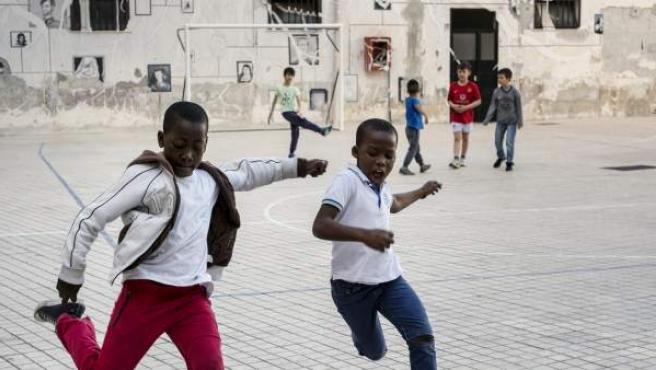 Varios niños somalíes, jugando al fútbol con italianos en Santa Chiara.