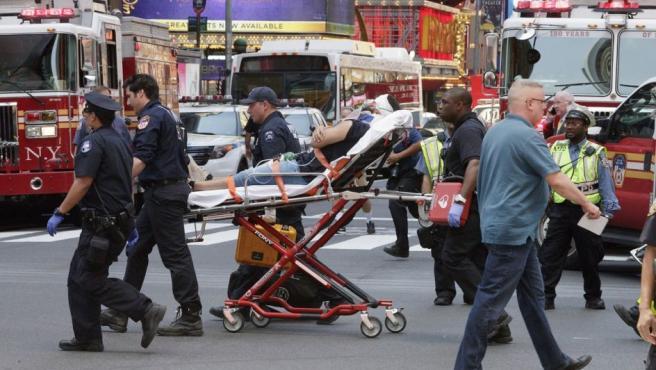 Trabajadores de los servicios de emergencia atienden a varios heridos después de que un vehículo atropellase a varias personas en Times Square.