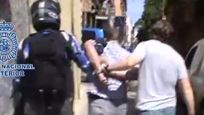 Imagen que muestra el momento de la detención de un peligroso atracador de bancos en Madrid.