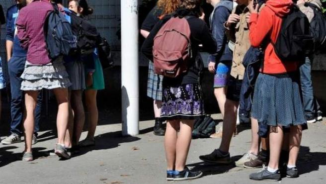 Estudiantes franceses con falda en la protesta similar que tuvo lugar en 2014.