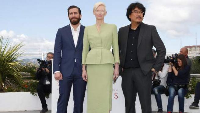 El director surcoreano Bong Joon-ho (d) posa con la actriz británica Tilda Swinton (c) y el actor estadounidense Jake Gyllenhaal durante la presentación gráfica de la película 'Okja' en la 70 edición del Festival de Cannes.