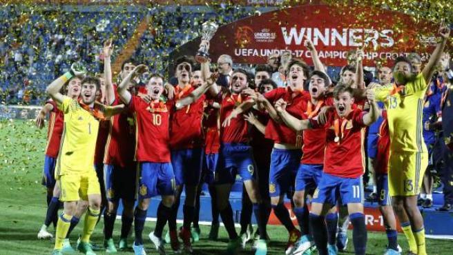 La selección española sub 17 celebra su victoria en el Europeo.