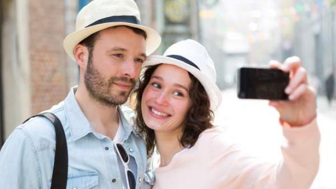Una pareja se hace un 'selfie' durante un viaje.