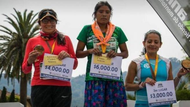 Maria Lorena Ramírez, de la etnia de los tarahumara, ganó una carrera en México con sandalias y con falda.