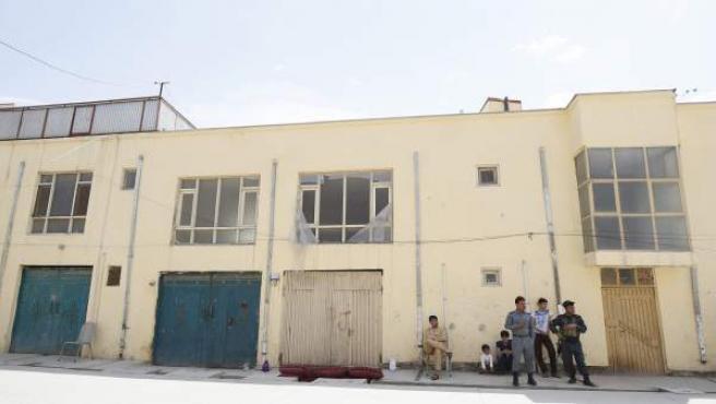 Agentes de seguridad afganos, en el lugar donde una cooperante alemana ha muerto ha manos de hombres armados, que también han secuestrado a una finlandesa en Kabul (Afganistán).