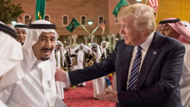 El rey de Arabia Saudí, Salman bin Abdulaziz Al Saud, junto a Donald Trump.