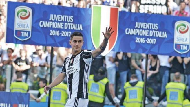 Paulo Dybala saluda tras el partido en el que el la Juventus confirmó su sexto título de Liga seguido.