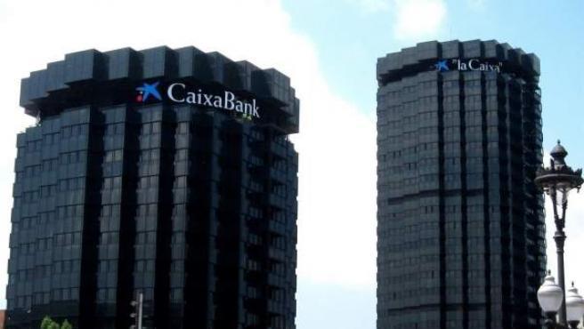 Imagen de la sede de la Caixa con el logotipo de CaixaBank.