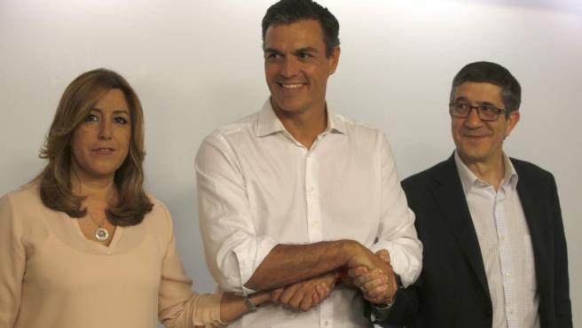 Susana Diaz, Pedro Sánchez y Patxi López posan para los medios gráficos en la sede socialista en Madrid tras conocerse la victoria de Sánchez.