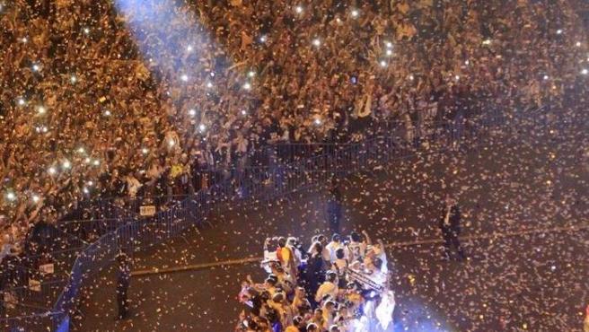 Los jugadores del Real Madrid, a su llegada a la plaza de Cibeles para celebrar el título de liga con los aficionados madridistas.