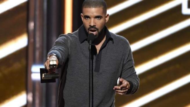 Drake recoge el premio Billboard 200 por su álbum 'Views'.