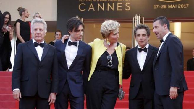 De izda a dcha, Dustin Hoffman, el director Noah Baumbach, Emma Thompson, Ben Stiller y Adam Sandler, en la presentación de 'The Meyerowitz Stories' en Cannes.