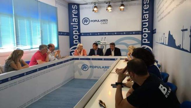 Antonio Sanz con el PP local de Cádiz