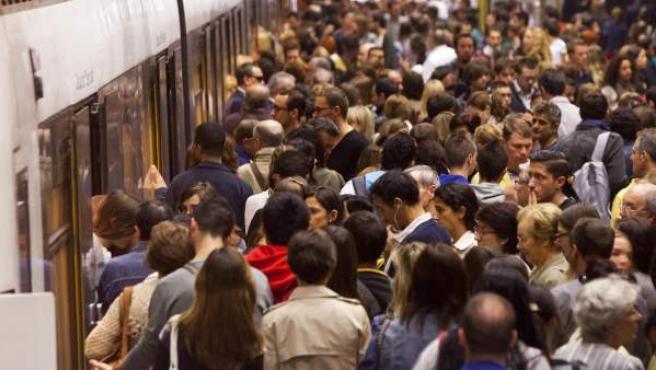 Usuarios en el metro de Valencia. En la imagen, la estación de Àngel Guimerà.