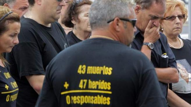 Familiares y allegados guardan un minuto de silencio en la superficie del lugar donde en 2006 tuvo lugar el accidente de metro más grave ocurrido en España, que costó la vida a 43 personas en València.