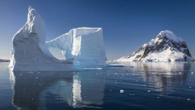 Un bloque de hielo en la Antártida.