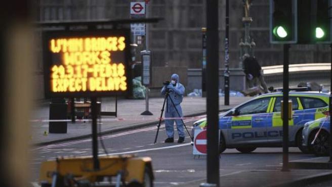 La Policía científica recoge evidencias en el lugar del ataque terrorista en el puente de Westminster en Londres, Reino Unido.
