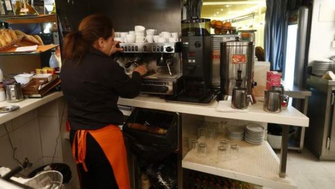 Una camarera trabajando en una cafetería.