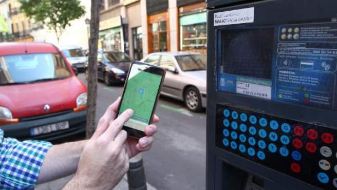 Un usuario intenta localizar su vehículo en la zona SER a través de una de las aplicaciones móviles disponibles para pagar el servicio.