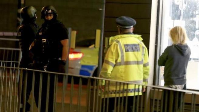 Oficiales armados patrullan cerca del Manchester Arena, en Manchester (Reino Unido), tras la explosión registrada en el estadio al finalizar un concierto de la cantante Ariana Grande.