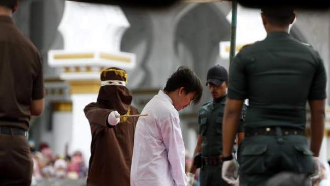 Uno de los acusados de homosexualidad recibe un latigazo en Aceh (Indonesia).