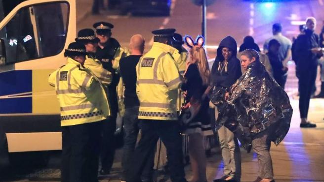 Los servicios de emergencia atienden a algunas víctimas del atentado en el Manchester Arena, al terminar el concierto de Ariana Grande.