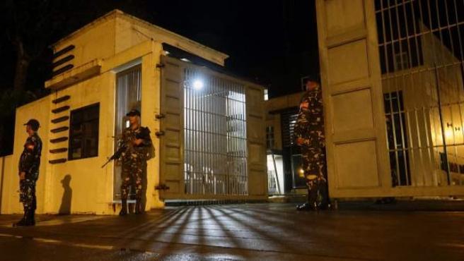 Varios policías vigilan un centro en el sur de Filipinas tras la declaración de la Ley Marcial por amenaza terrorista.