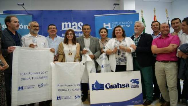 Giahsa y la Fundación Cajasol entregan botellas de agua a 16 hermandades.