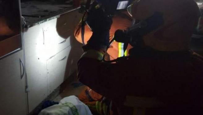 Imatge dels bombers treballant en l'incendi en la vivenda de Xàtiva