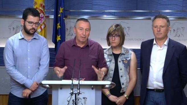 El portavoz de Compromís en el Congreso de los Diputados, Joan Baldoví (c), durante la rueda de prensa en la que han pedido a Podemos que retire la moción de censura contra Rajoy.