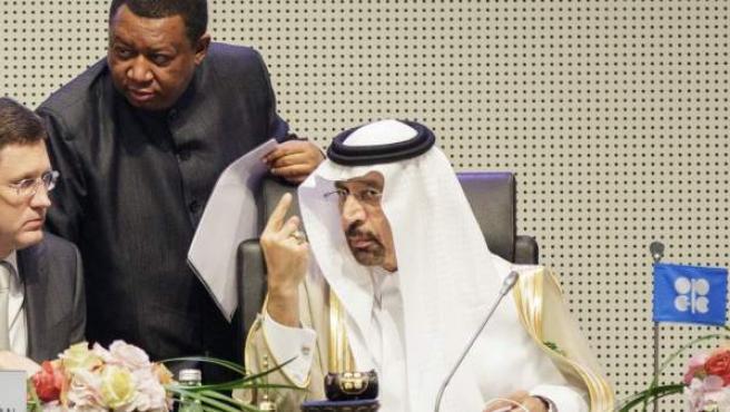 El ministro saudí de Energia e Industria, Khalid Al-Falih (d), y el ministro ruso de Energía, Alexander Novak (i), en la reunión de la OPEP.