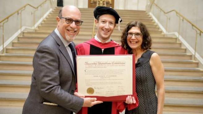Mark Zuckerberg muestra su título de Harvard junto a sus padres.