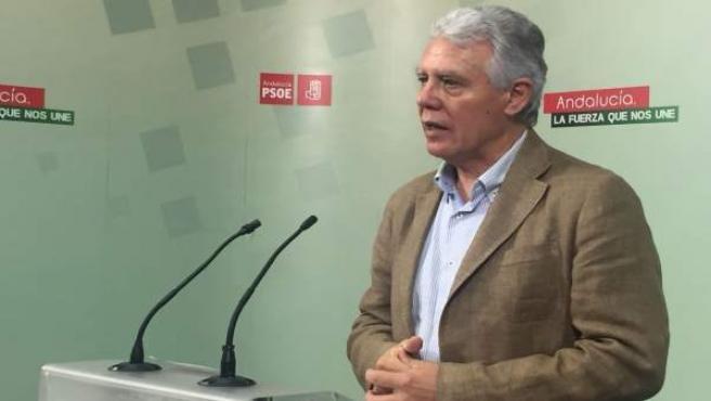 El senador del PSOE Francisco Menacho, en rueda de prensa