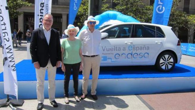 Ignacio Blanco, Esther Gimeno y P. Martínez, en la Vuelta en Vehículo Eléctrico