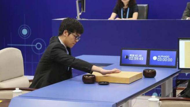 Vista del duelo entre AlphaGo, la inteligencia artificial desarrollada por Google para jugar al go, y Ke Jie, considerado el mejor maestro del mundo en esta disciplina.