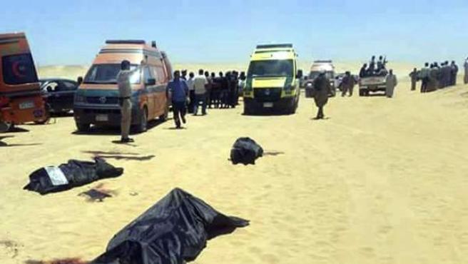 Miembros de los servicios de emergencia asisten al lugar en el que se produjo un tiroteo contra un autobús en el Monasterio de San Samuel el Confesor, en la provincia de Minia, Egipto.