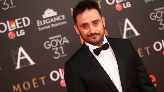 El director Juan Antonio Bayona posa con esmoquin, clásico entre los chicos, a su llegada a la alfombra roja de los Goya 2017.