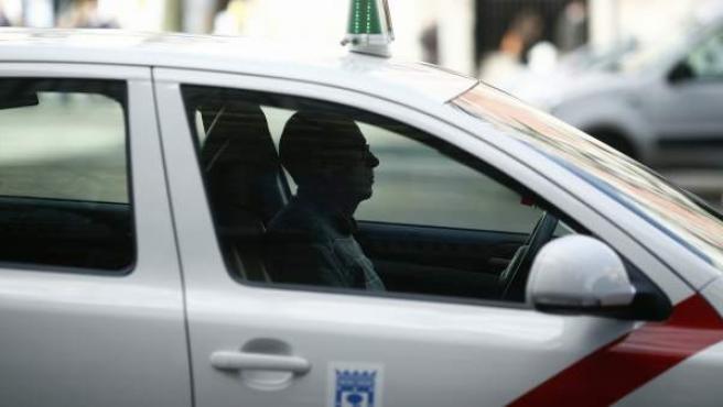 Un taxi circulando por las calles de Madrid.
