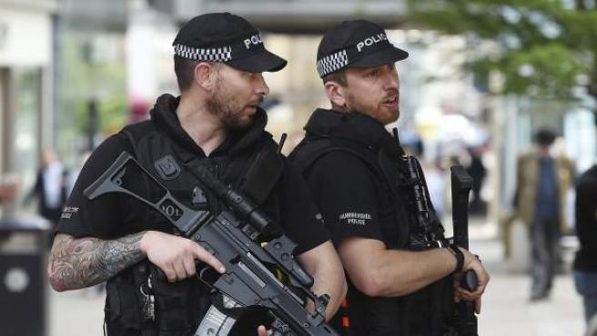 Agentes de policía británicos permanecen en guardia en el centro de Mánchester.