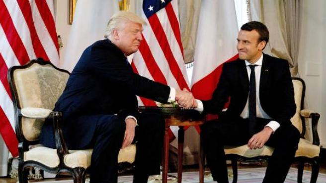 El presidente estadounidense, Donald Trump (i), estrecha la mano del presidente francés, Emmanuel Macron, durante su reunión en el marco de la cumbre de países de la OTAN, en Bruselas, Bélgica.