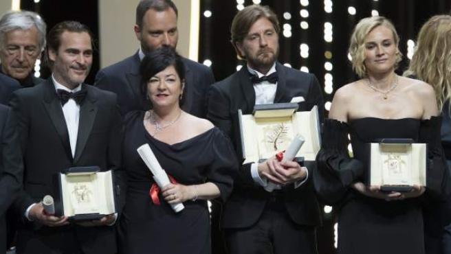 El actor Joaquin Phoenix (mejor actor) posa junto a la directora escocesa Lynne Ramsay, el director sueco Ruben Ostlund (mejor película) y la actriz alemana Diane Kruger (mejor actriz) al término de la ceremonia de premios del Festival de Cannes.