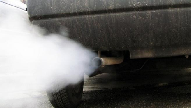 Un vehículo emite humo en una imagen de archivo.