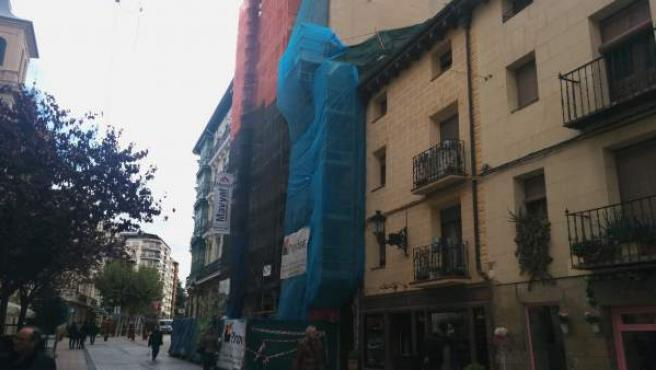 Imagen de un edificio en rehabilitación en la calle Portales