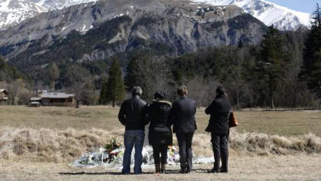 Familiares de las víctimas del accidente de avión se acercan al monumento en su memoria en Le Vernet (Francia).