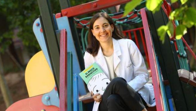 Marián García con su libro, 'El moco radiactivo'.