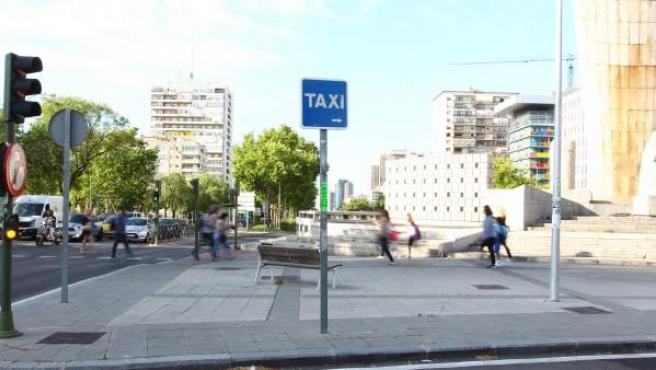 """Parada de taxis vacía en el centro de Madrid con motivo de la huelga del sector en protesta por la """"competencia desleal"""" de Uber y Cabify."""