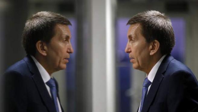 El fiscal jefe Anticorrupción, Manuel Moix, reflejado en el cristal del estudio donde ha sido entrevistado en el programa 'Hora 25' de la Cadena Ser.