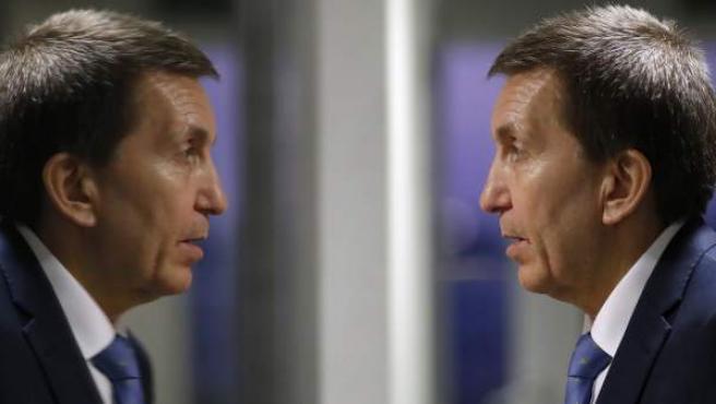 El fiscal jefe anticorrupción reflejado en un espejo.