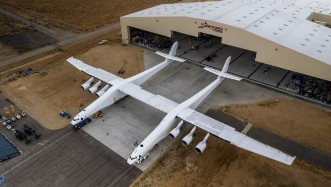 El avión Stratolaunch, el más grande del mundo, por primera vez fuera del hangar y a punto para las primeras pruebas.