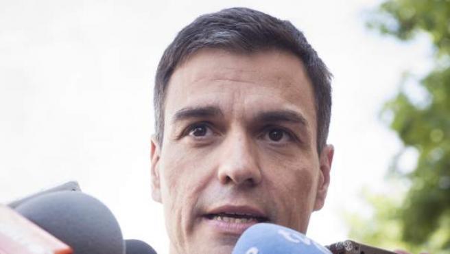 El secretario general del PSOE, Pedro Sánchez, atiende a los medios durante su visita a la Feria del Libro de Madrid.
